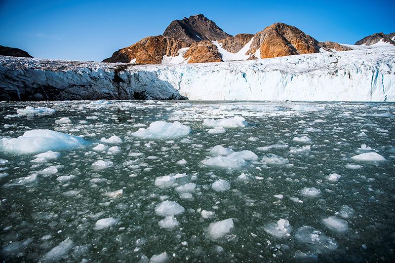 Schmelzenes Eis am Rande des Apusiajik-Gletschers vor der südöstlichen Küste Grönlands