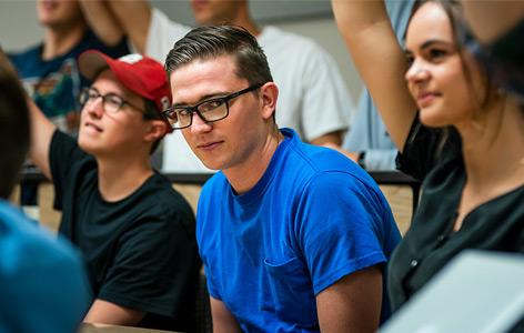 Ein Student sitzt unter anderen