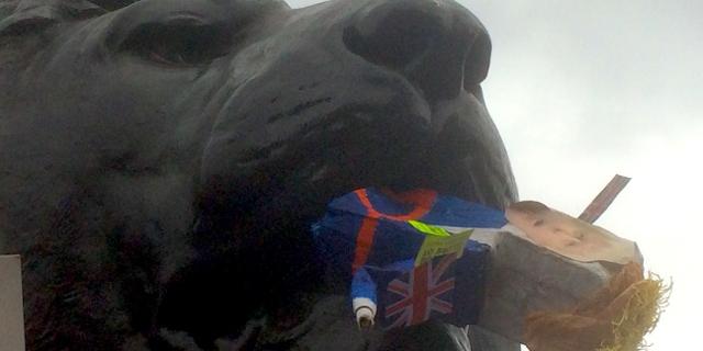 Ein Löwe am Trafalgar Square isst einen Puppe mit Antlitz Boris Johnsons