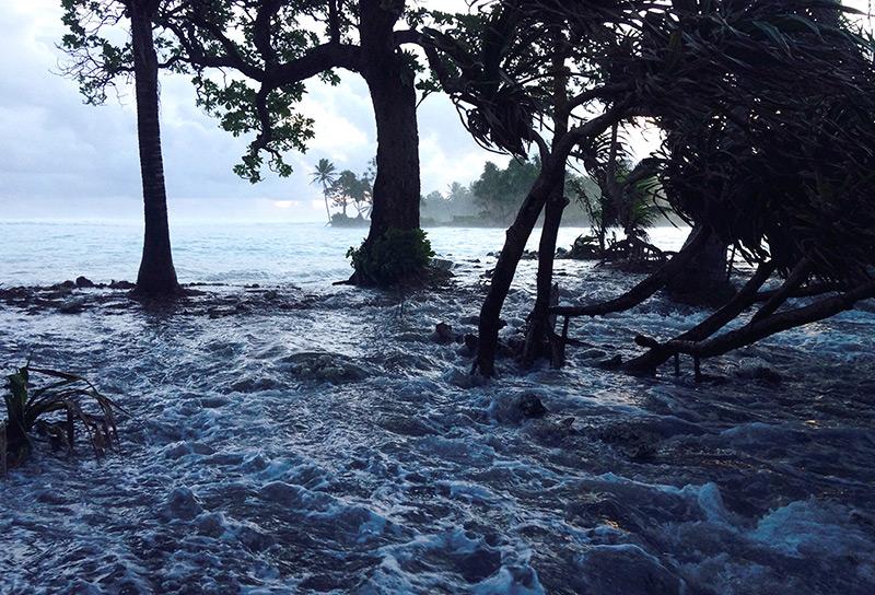 Meerwasser überflutet pazifische Insel