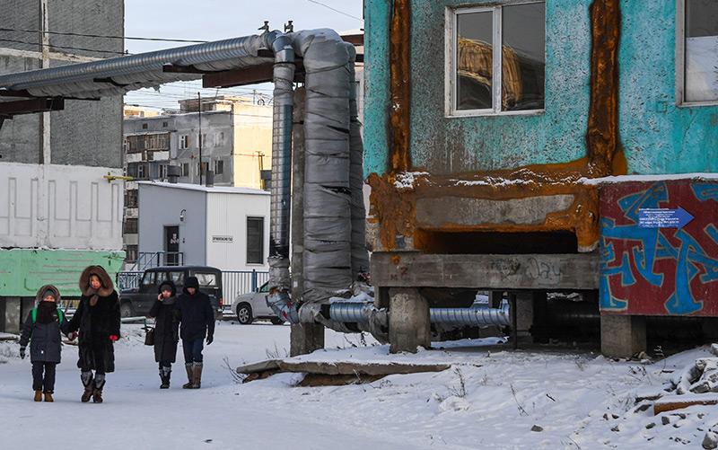 Ein Haus in Jakutsk, das auf Stelzen steht