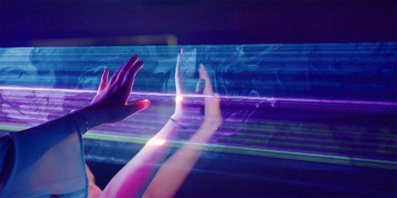 Hand berührt Fenster
