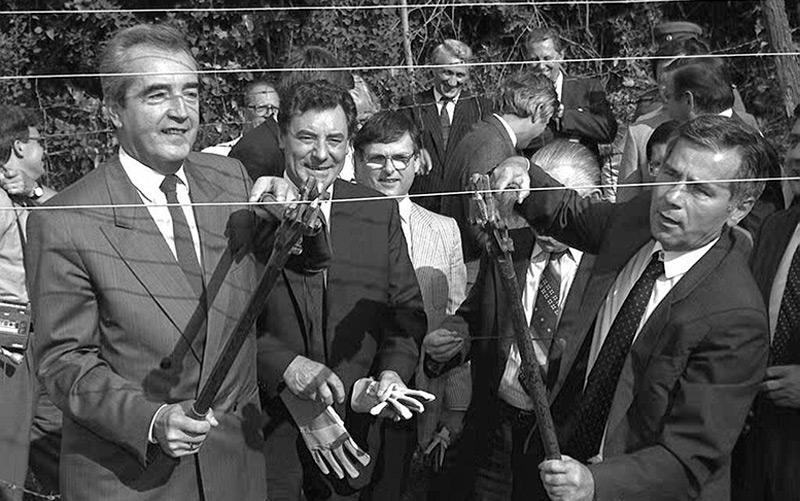 """Die ehemaligen Außenminister Alois Mock und Gyula Horn durchschneiden am 27. Juni 1989  den """"Eisernen Vorhang"""" an der ungarischen Grenze zu Österreich."""