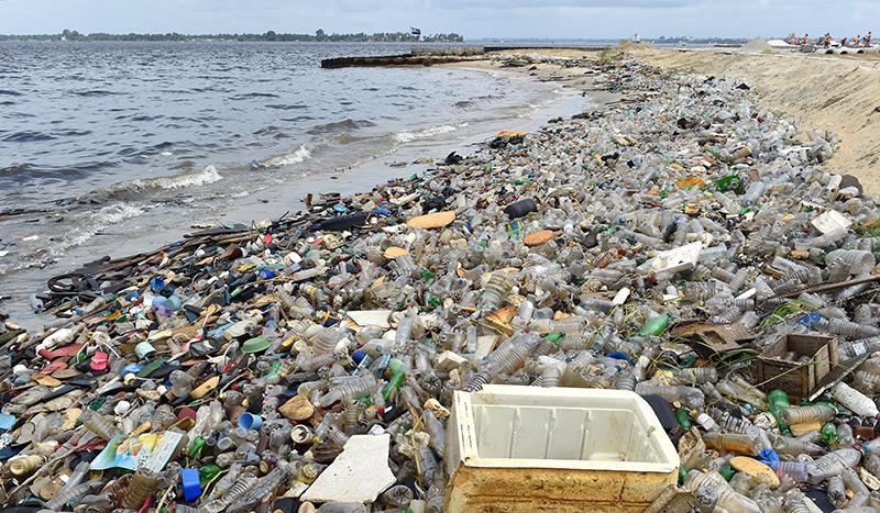 Plastikflaschen, Kunststoffteile: Müllberge am Sandstrand