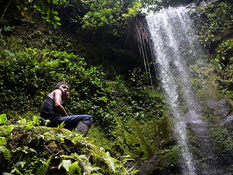 Ein Bub aus der Ethnie der Waorani am Teata-Wasserfall, am Curaray-Fluss, in der Provinz Pastaza, Ecuador
