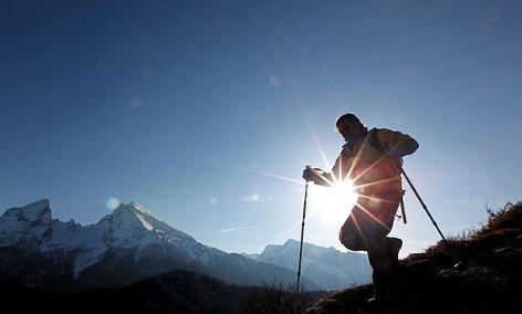 Bergwanderer vor der Kulisse des Watzmanns in den Berchtesgadener Alpen