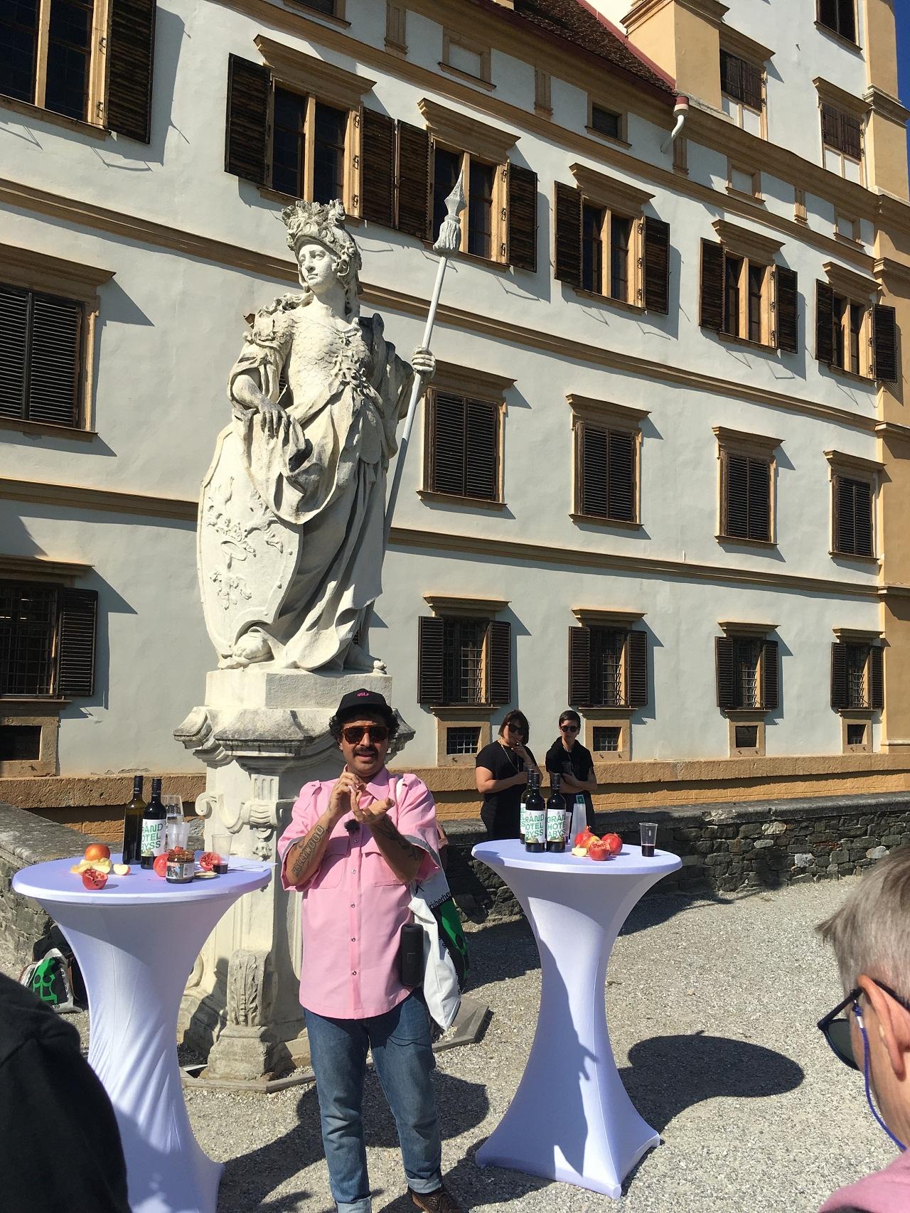 Der Künstler Ariel Efraim Ashbel begrüßt vor dem Schloss Eggenberg mit Granatäpfeln, Dattelsirup und Wein, um auf das jüdische Neujahr anzustoßen