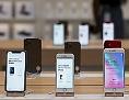 Drei iPhone-11-Modelle stehen auf einem Tisch in einem Apple Store