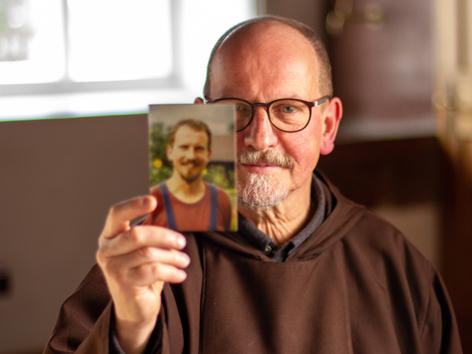 Bruder Rudolf Leichtfried hält ein Jugendfoto von sich in die Kamera