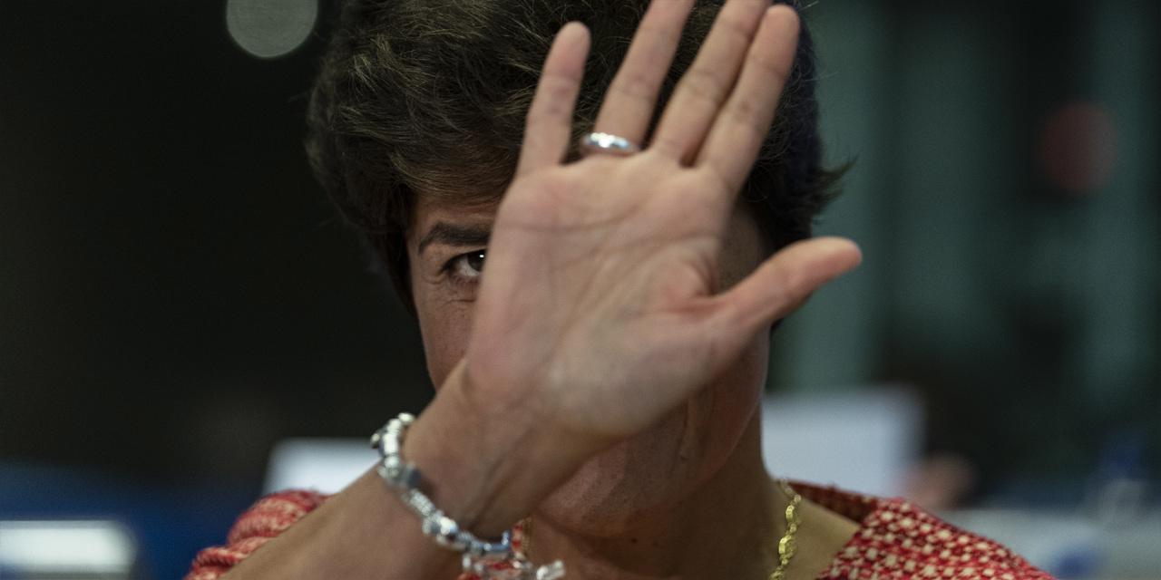 Sylvie Goulard hebt die Hand vor ihr Gesicht