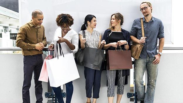 5 Menschen mit ihren Einkaufstaschen