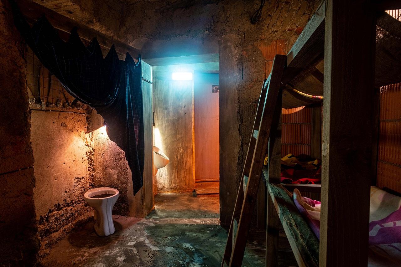 """Artur Żmijewskis Instalation """"Plan B"""" enthält ein Versteck: Ein schäbiges Hinterzimmer mit armseligen Stockbetten"""