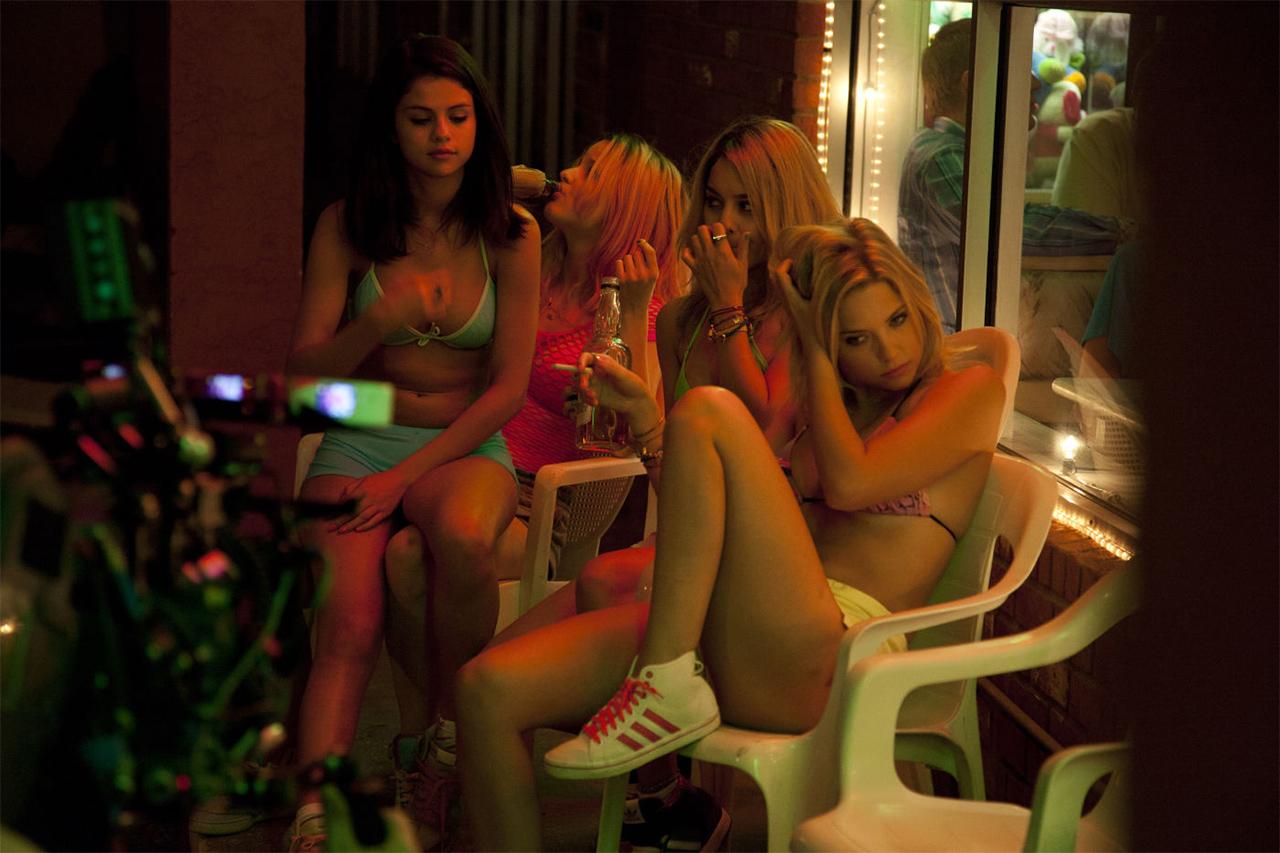 Mehrere Frauen im Bikini in einem schummrigen Lokal