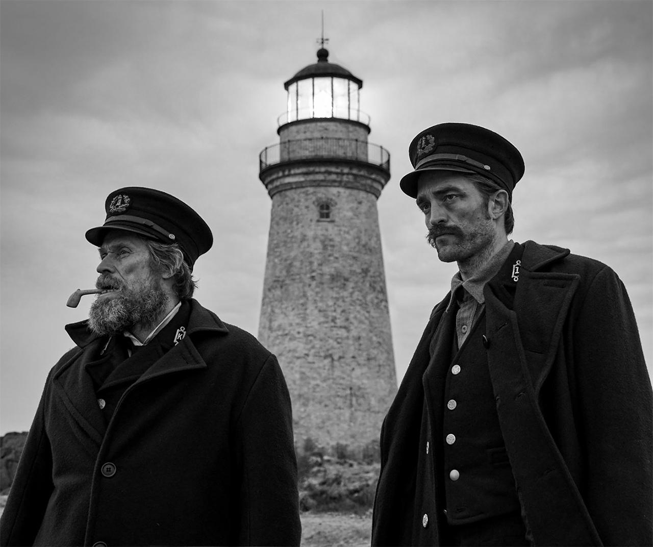 Zwei Männer vor einem Leuchtturm