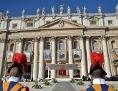Schweizergardisten vor einem Gebäude am Petersplatz