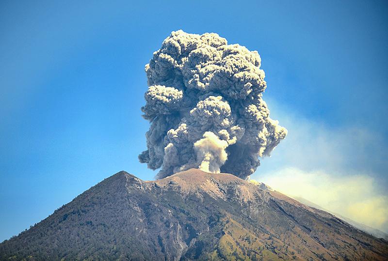 Der Agung-Vulkan auf Indonesien stößt riesige Aschewolken aus
