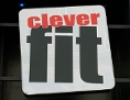 Logo von Clever fit an einer Hausfassade