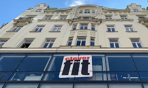 Logo von Clever fit auf einer Hausfassade