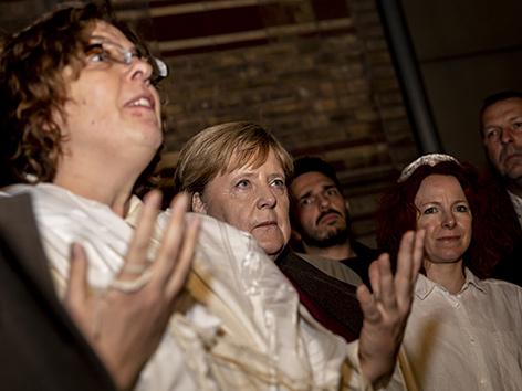 Bundeskanzlerin Angela Merkel mit Gesa Ederberg (l), Rabbinerin der Neuen Synagoge Berlin, und Avitall Gerstetter, jüdische Kantorin, an der Neuen Synagoge Berlin, Angriff in Halle