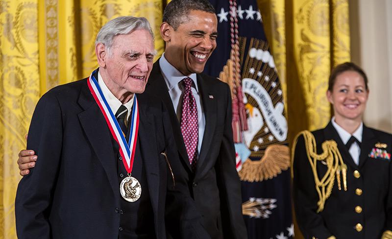 John Goodenough 2013 bei einer anderen Preisverleihung - durch den damaligen US-Präsidenten Barack Obama