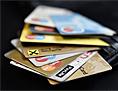 Geldbörse mit vielen verschiedenen Bankomat- und Kreditkarten