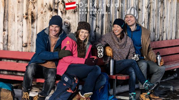 2 Frauen + 2 Männer vor einer Berghütte im Schnee