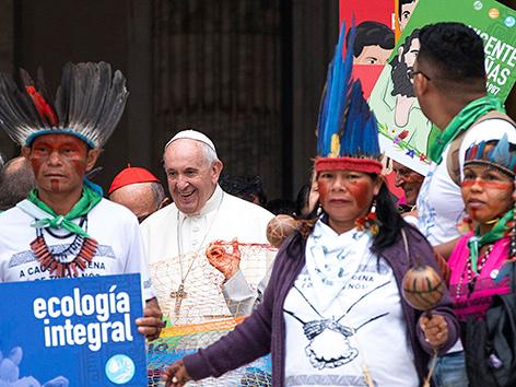 Papst Franziskus mit Indigienen aus dem Amazonas-Gebiet bei der Eröffnung der Amazonien-Synode