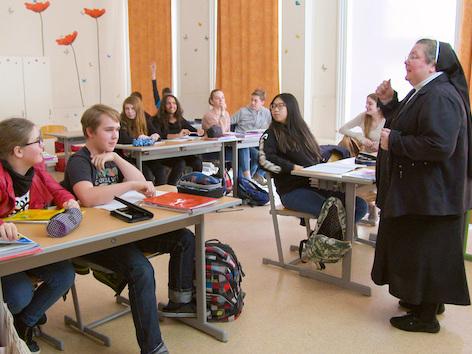 Schwester Maria-Elisabeth beim Mathematikunterricht