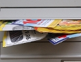 Ein mit Werbung überfüllter Briefkasten