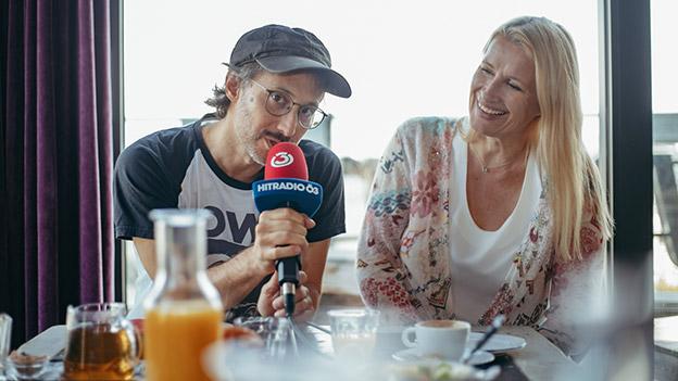 Michael Ostrowski und Claudia Stöckl sitzen beim Frühstück