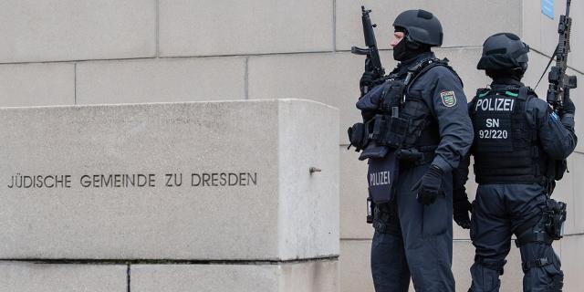 Polizisten bewachen eine Synagoge in Dresden