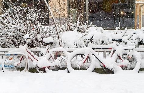 Zwei eingeschneite Fahrräder