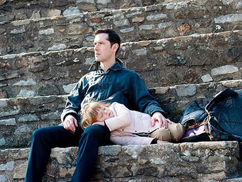 """Alexandre Guerin (Melvil Poupaud) mit seiner Tochter, Filmstill aus """"Gelobt sei Gott"""" von Francois Ozon"""