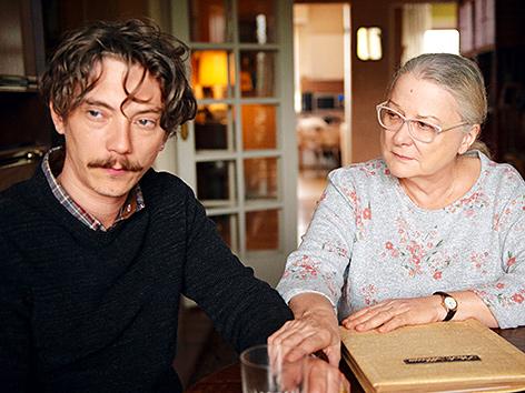"""Emmanuel Thomassin (Swann Arlaud) mit seiner Mutter Irene (Josiane Balasko), Filmstill aus """"Gelobt sei Gott"""" von Francois Ozon"""