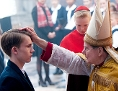 "Kardinal Barbarin (Francois Marthouret) bei der Firmung von Alexandres Sohn Gauthier Guerin (Max Libert), Filmstill aus ""Gelobt sei Gott"" von Francois Ozon"