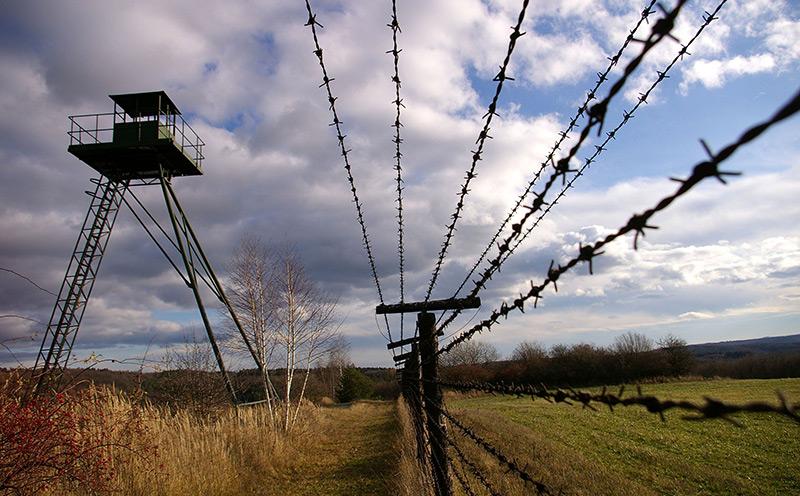 Stacheldrahtzaun, Wachturm und Panzersperren: Die letzten Barrieren des ehemals bestehenden Eisernen Vorhangs