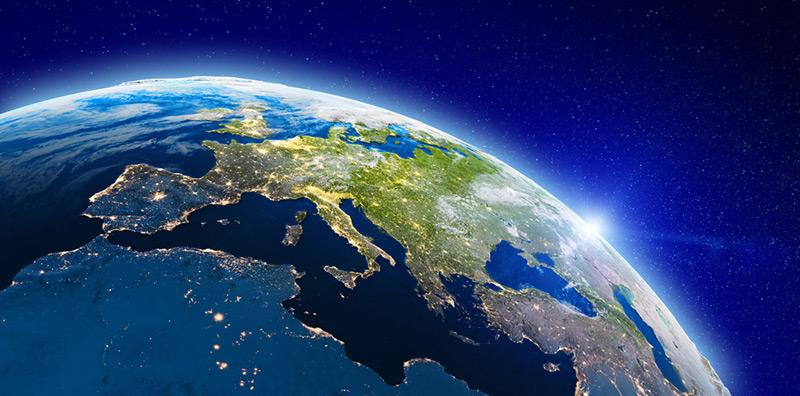 Europa von oben bei Nacht