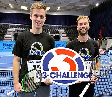 Zwei Männer mit Tennisschlägern