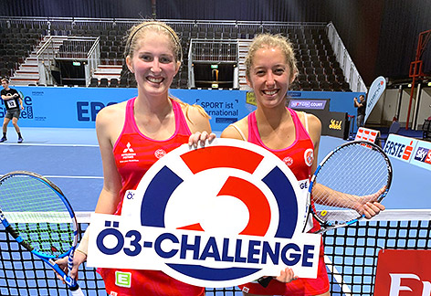 Zwei Frauen mit Tennisschlägern