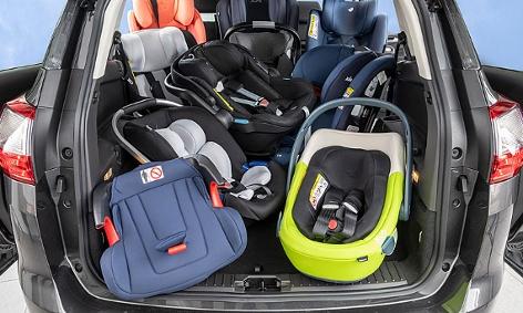 Kindersitze im Kofferraum eines Autos