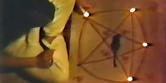 Mensch sitzt vor einem Pentagram