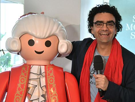 Rolando Villazon mit einer überdimensionalen Mozart-Playmobil-Figur