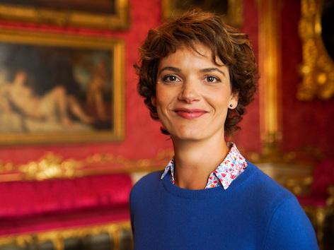 Moderatorin Lena Ganschow ist in einem Raum des Neuen Palais in Potsdam