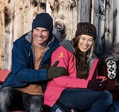 Gruppe von Wintersportlern vor Skihütte
