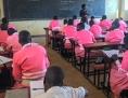Irene Okot, wurde von Kindersoldaten entführt, heute ist sie Lehrerin in der Schule, aus der sie damals entführt wurde.