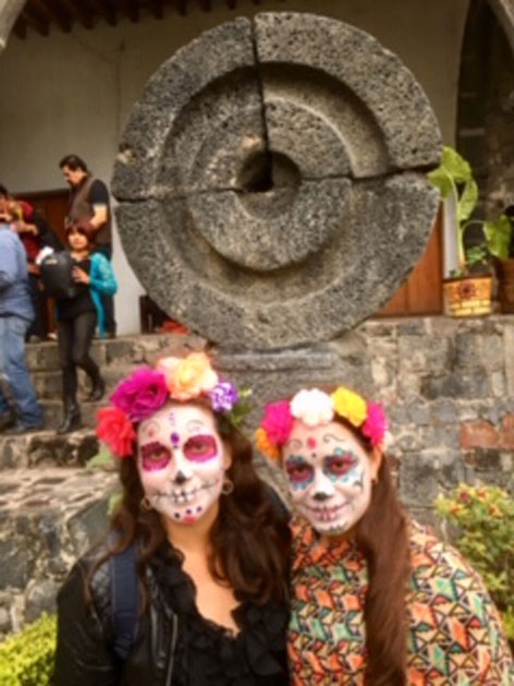 Dias de los Muertos Mexico verkleidete Mädchen im Hof des ehem. Klosters von Mixquic