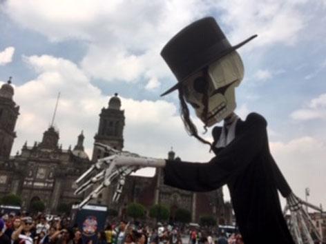 Dias de los Muertos Plastikskelett Mexico-City Hauptplatz