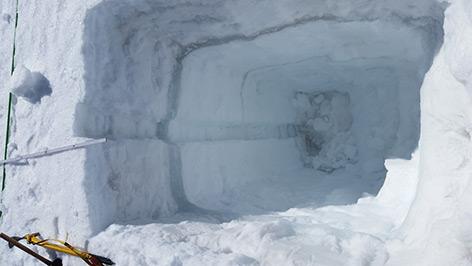 Schneeschacht mit Eislinsen