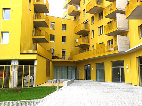 """Eingang des katholischen Begegnungszentrums """"FranZ"""" im Erdgeschoßbereich, das derzeit in Wien auf dem Areal des Wiener Nordbahnhofs gebaut wird"""