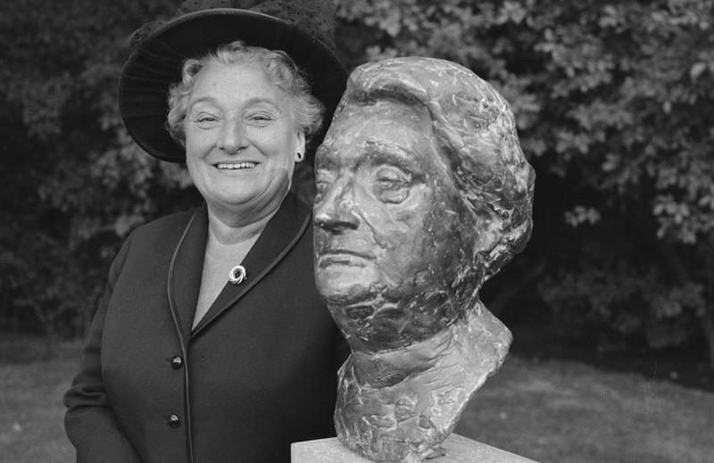 Geertruida Wijsmuller-Meijer im Jahr 1965 neben einer Büste von ihr (Amsterdam)
